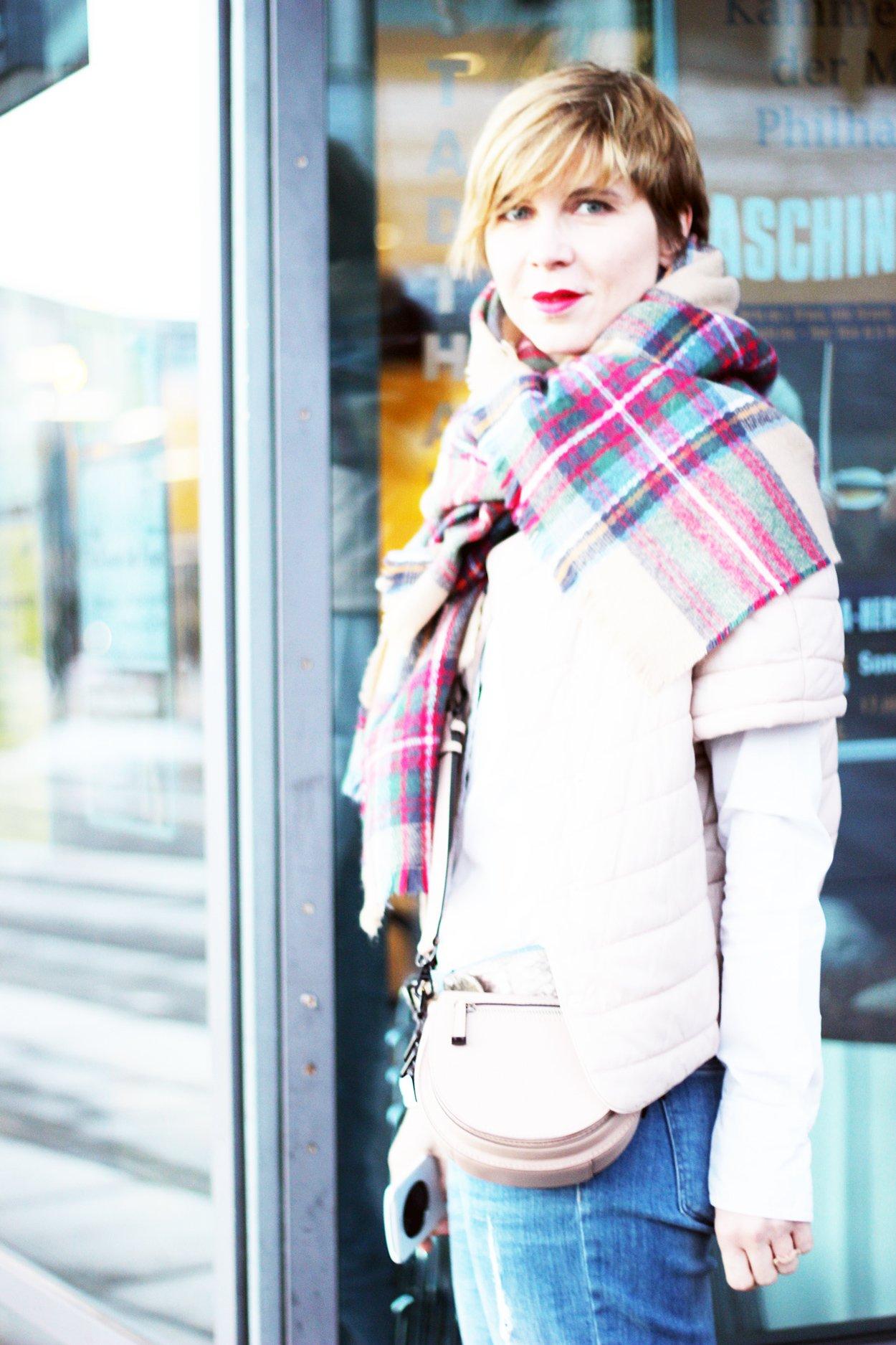 Outfit komplett - Boyfriend Jeans, Windsor Jacke, weiße Bluse und UGGs hellbeige
