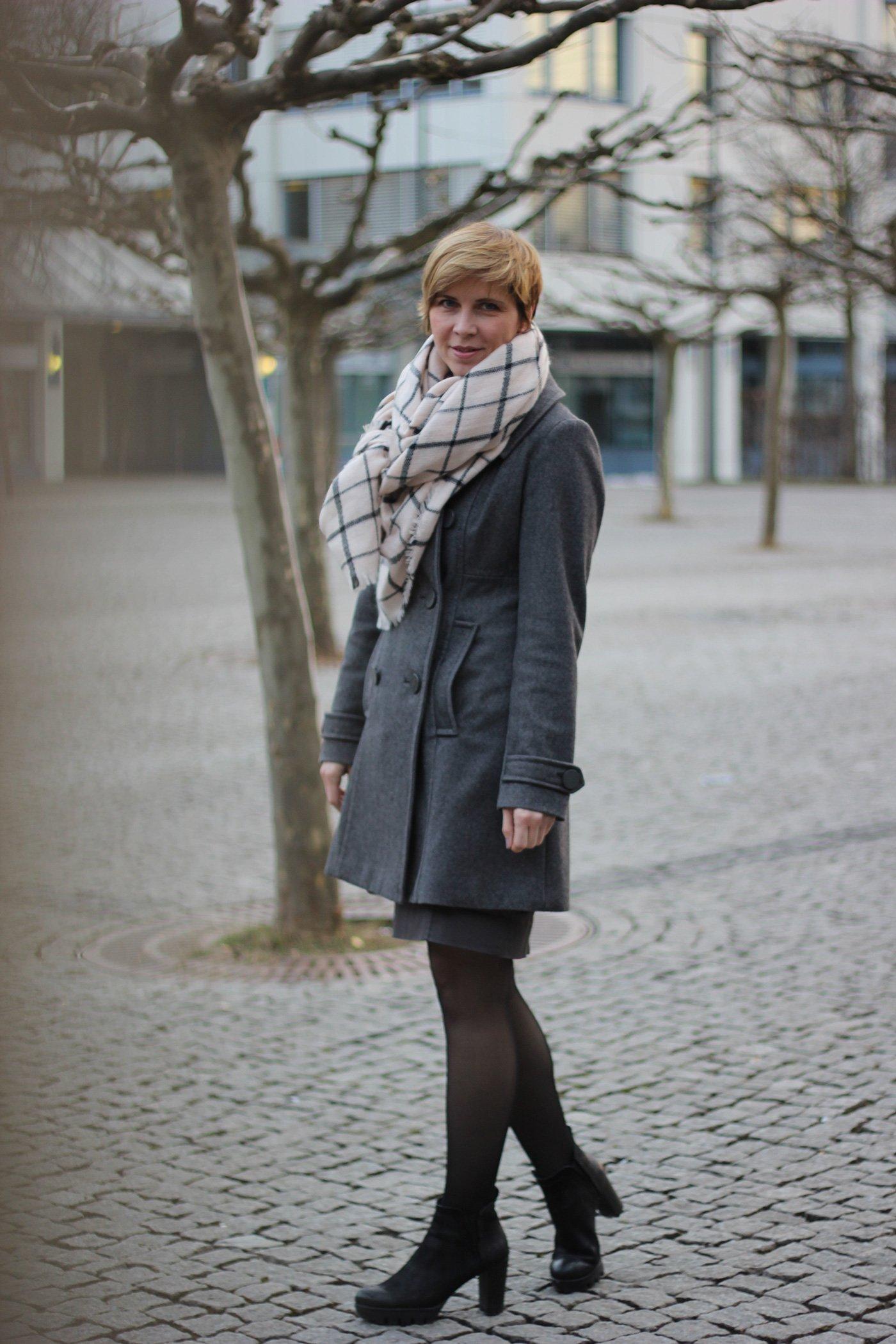 Bliestiftrock grau und grauer Mantel - overzised Schal