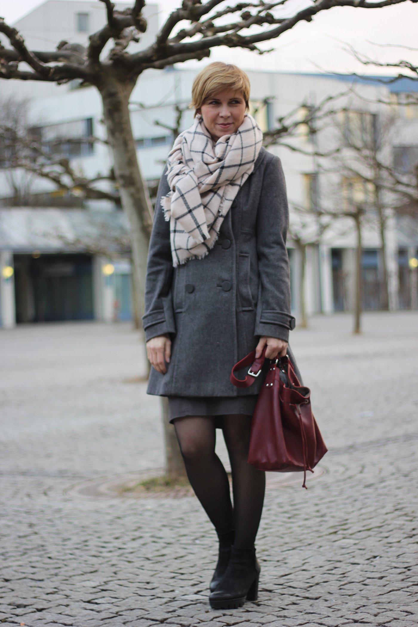 Outfit mit Bleistiftrock und Mantel - Oversized schal