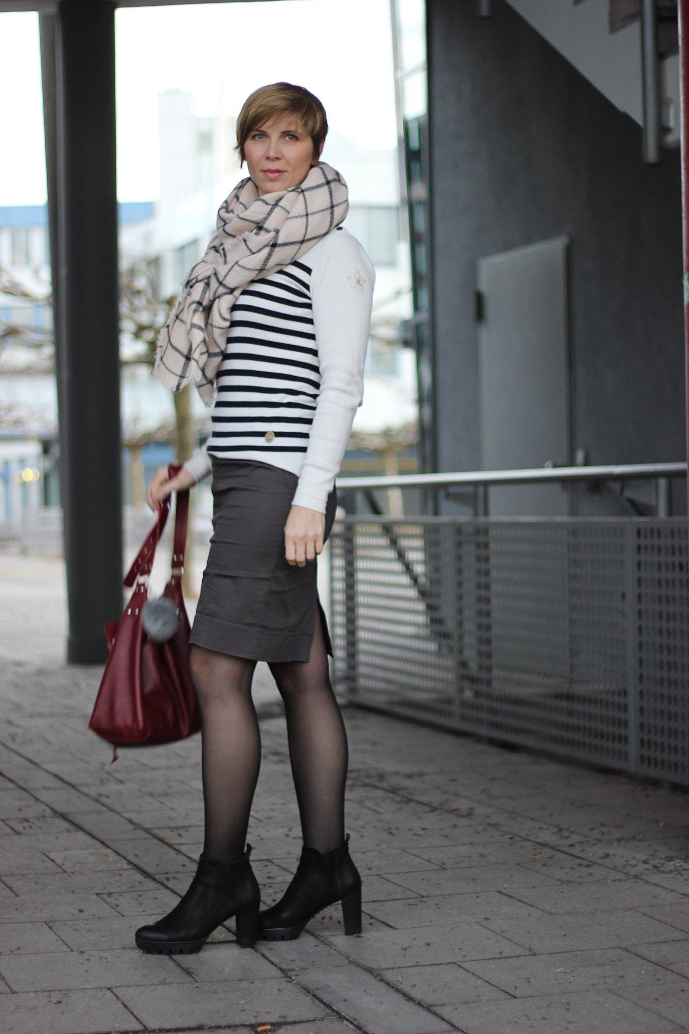 Streifenpullover von Gaastra kombiniert mit Bleistiftrock und Oversized-Schal