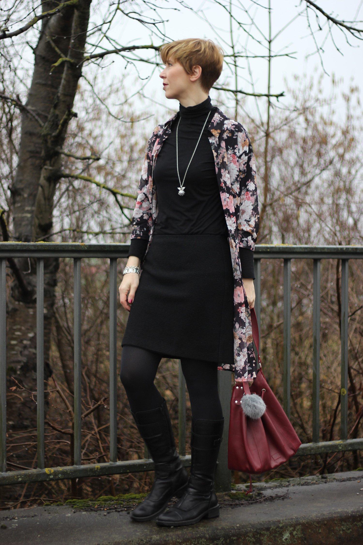 Conny ganz in Schwarz mit Longbluse im Blumenprint - Wollrock und Rolli