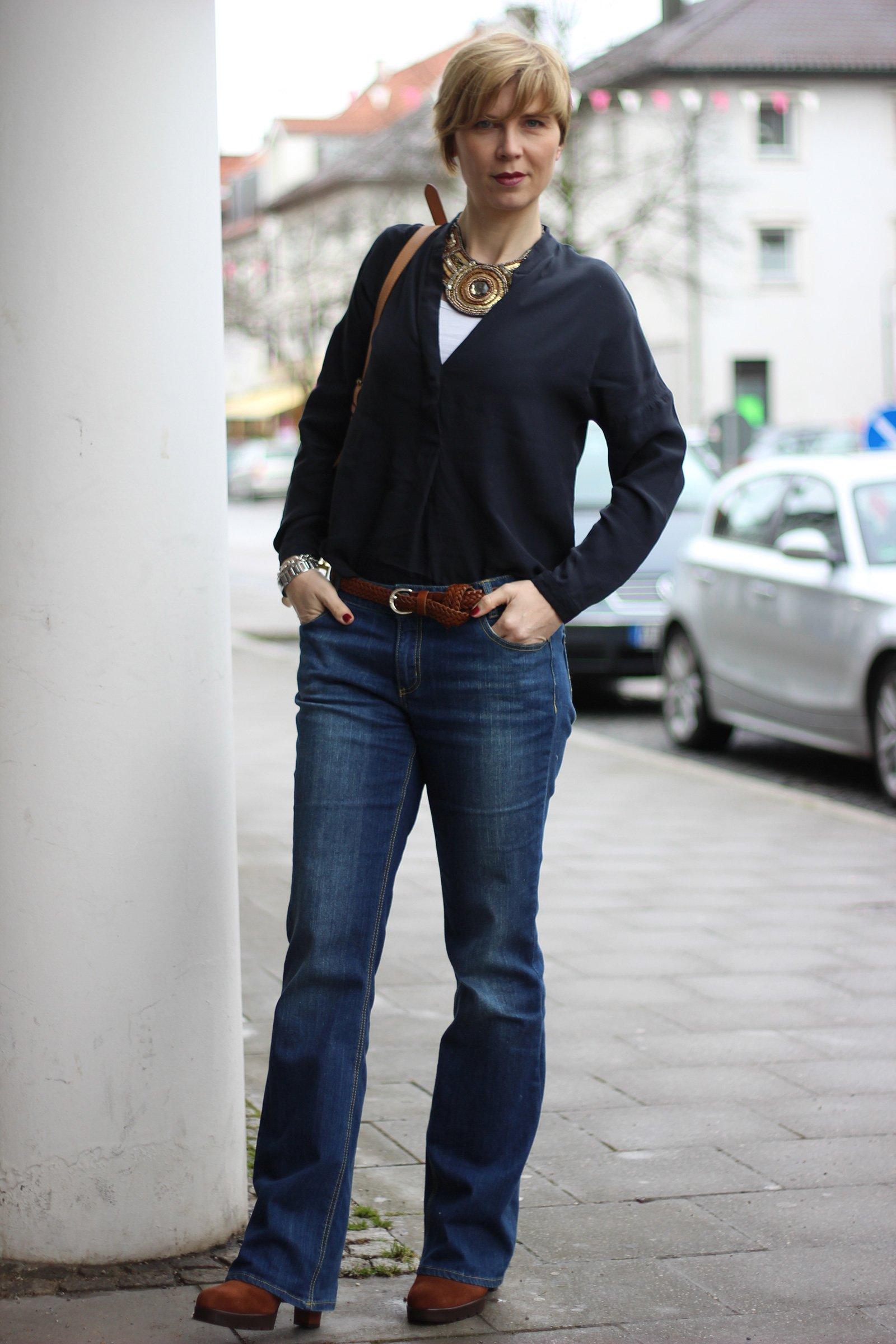 Conny Doll, ausgestellte Jeans, gadea, schuhe, statement, kette, alles dunkelblau