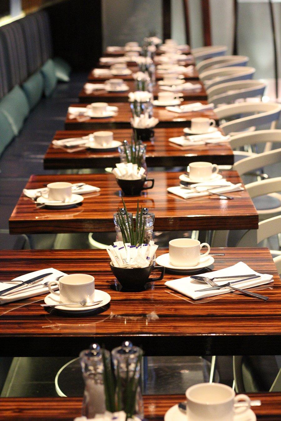 Frühstück - Gedeck viele Tische Radisson Blu Frankfurt