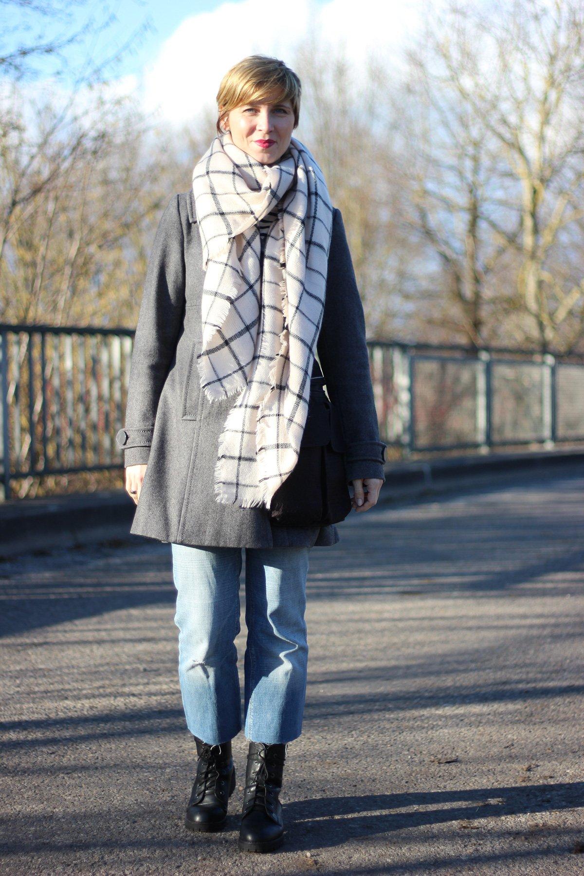 Mantel, Schal, DIY-Jeans und Boots