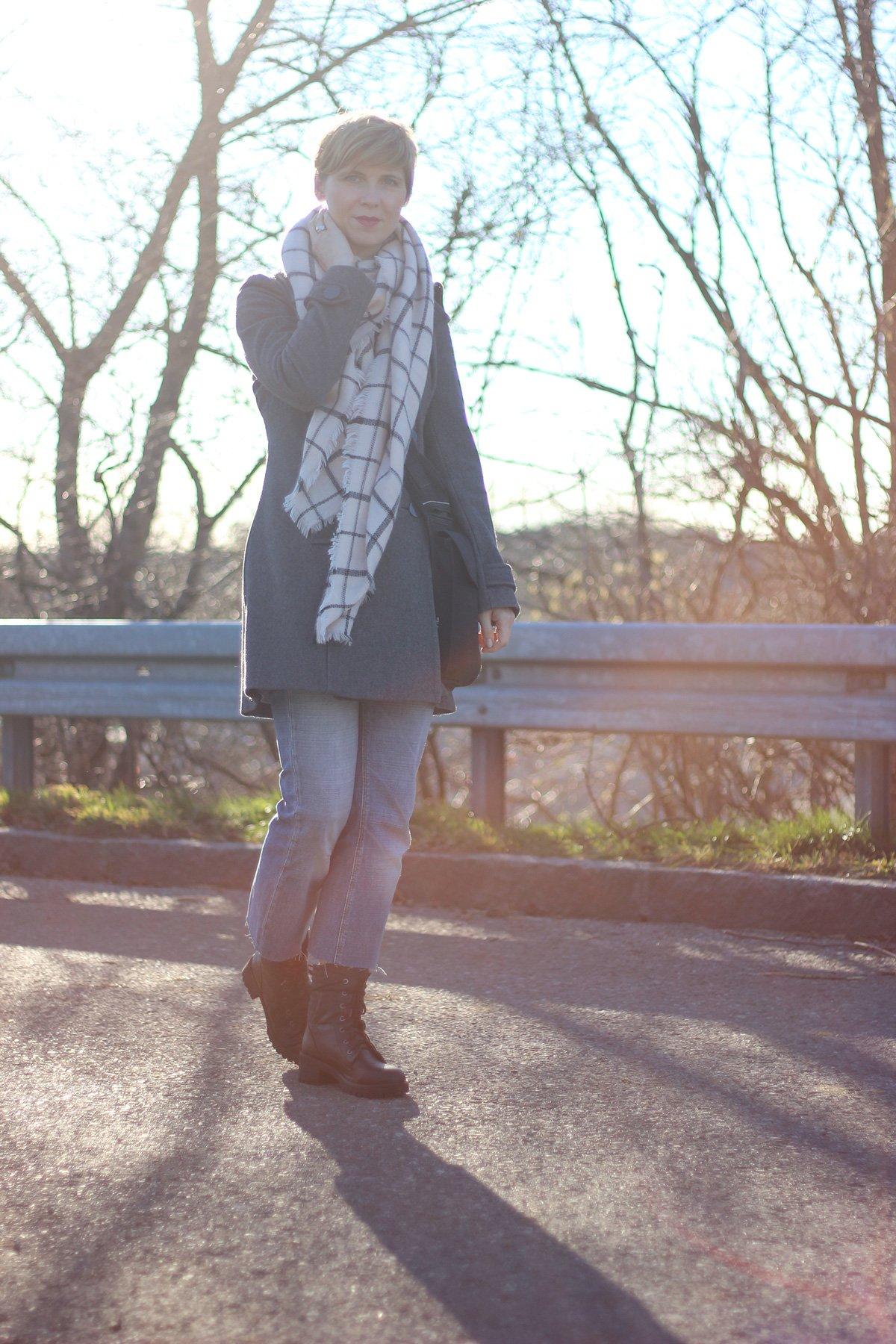 Schal, Mantel, DIY-Jeans, Grau und Blau