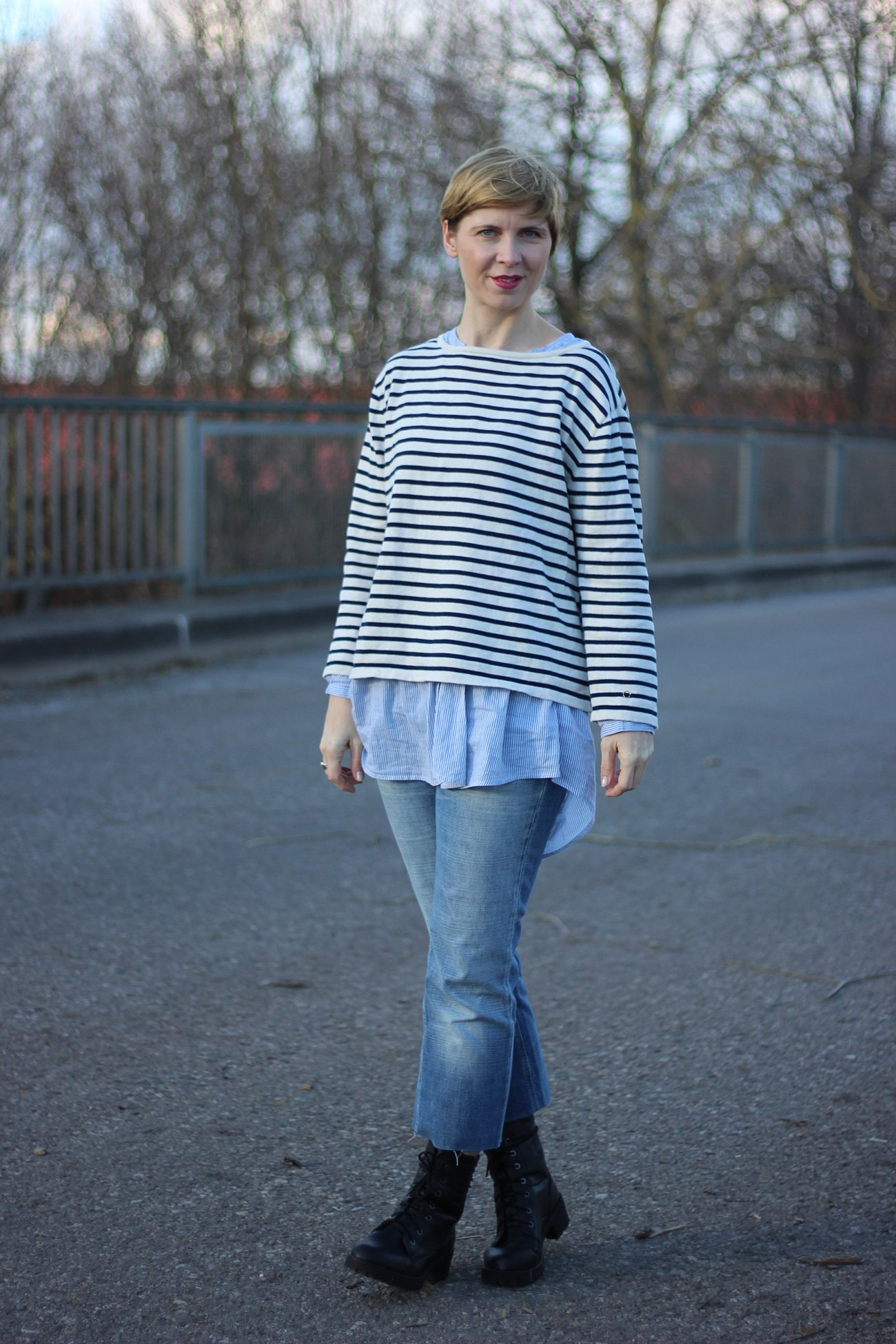 IMG_7715a-DIY-Jeans-Pepe-Bluse-H&M-Sweater-Neyo-Mantel-Schal-Lieblingsladen