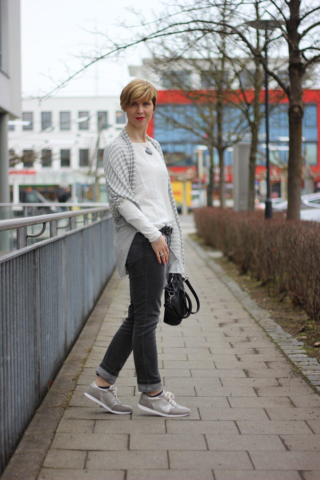 Cardigan, grau-weiß, elisa cavaletti, connydoll, graue Jeans, graue Sneaker, casual