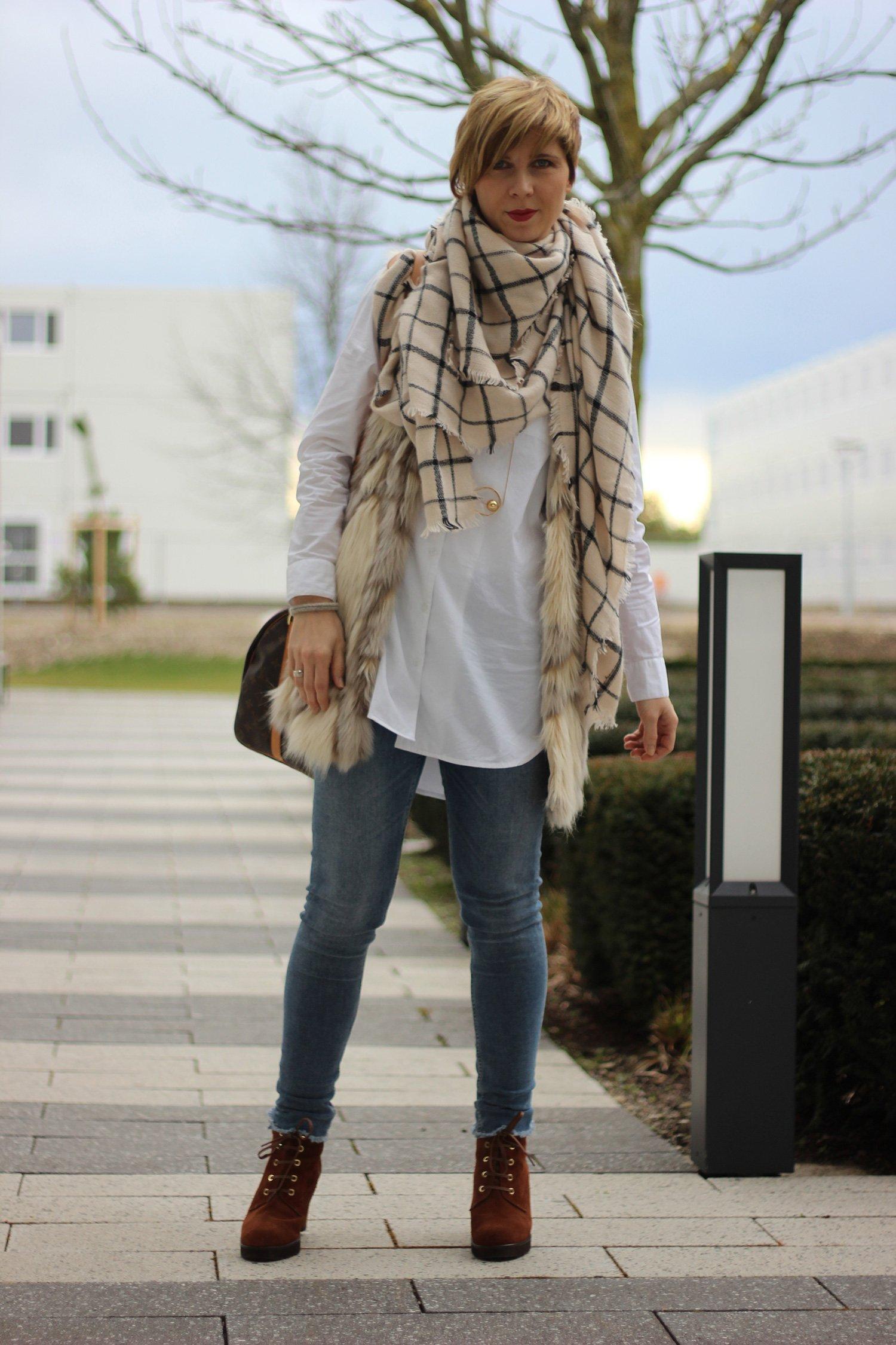 IMG_7353a-SoftRebel-Longbluse-FakefurJacke-GadeaSchuhe-allsaints-Jeans-LouisVuitton-Tasche-LieblingsladenSchal-Goldschmuck