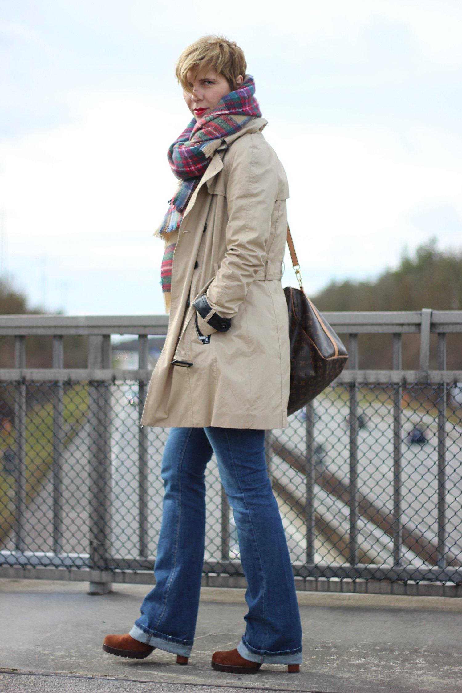 Schlaghosen, Trenchcoat, blau und beige, auf Autobahnbrücke