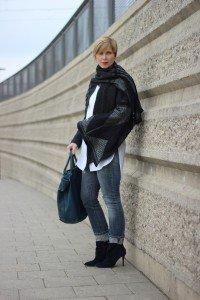 kragenlose Bluse, Jeans, Denim allover, Jacke, Jeanshose, Hallhuber Kette, Outfitgalerie