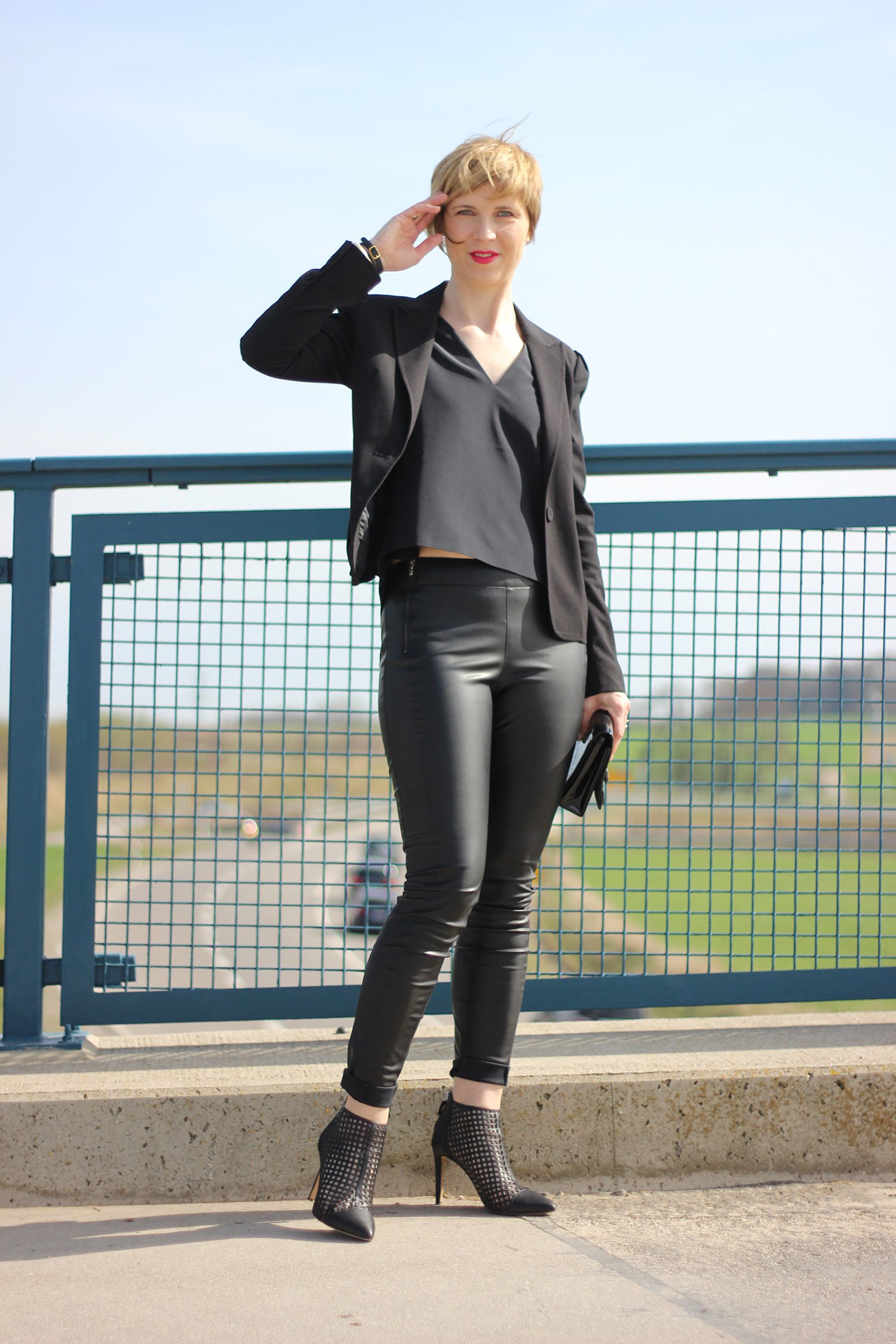 Komplettlook in Schwarz, Schumacher Top, Lederhose, Bruno Premi Ankleboots, Conny Doll, Blazer, Party