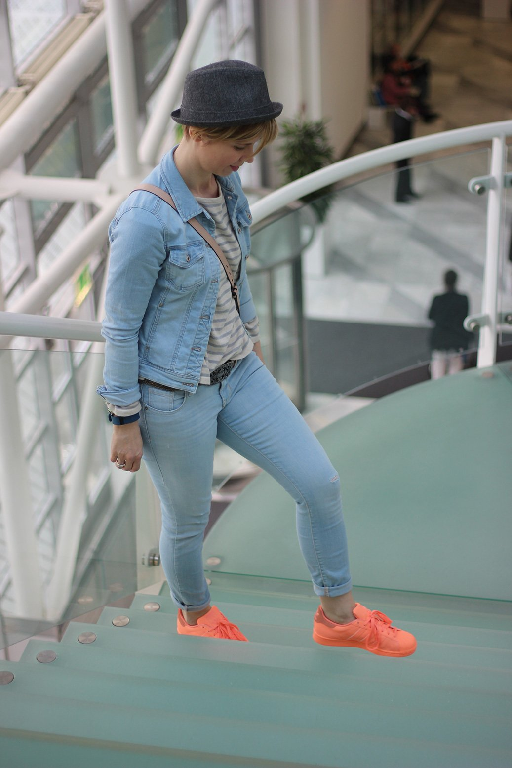 Adidas Superstars, Sneakers, sunglow, hellblau, streifen, Hut