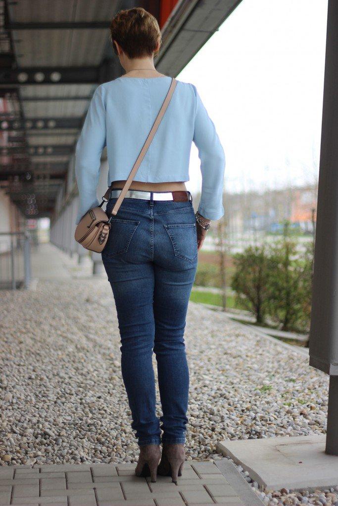 Bauchfrei, Highwaist-Jeans, hellblau, Lederjacke, Stiefeletten - Outfit für Bauchfrei mit über 40