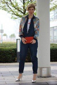 Denim-Jumpsuit, blau mit metallic Heels und Blouson von Zara