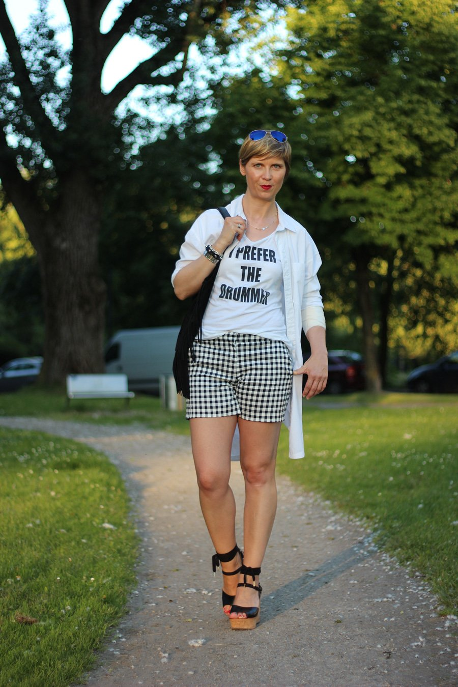 Shorts und Longbluse - black and white, karo, hallhuber, wedges, topshop, Statementshirt, Impressionen, Sommeroutfit, Conny Doll