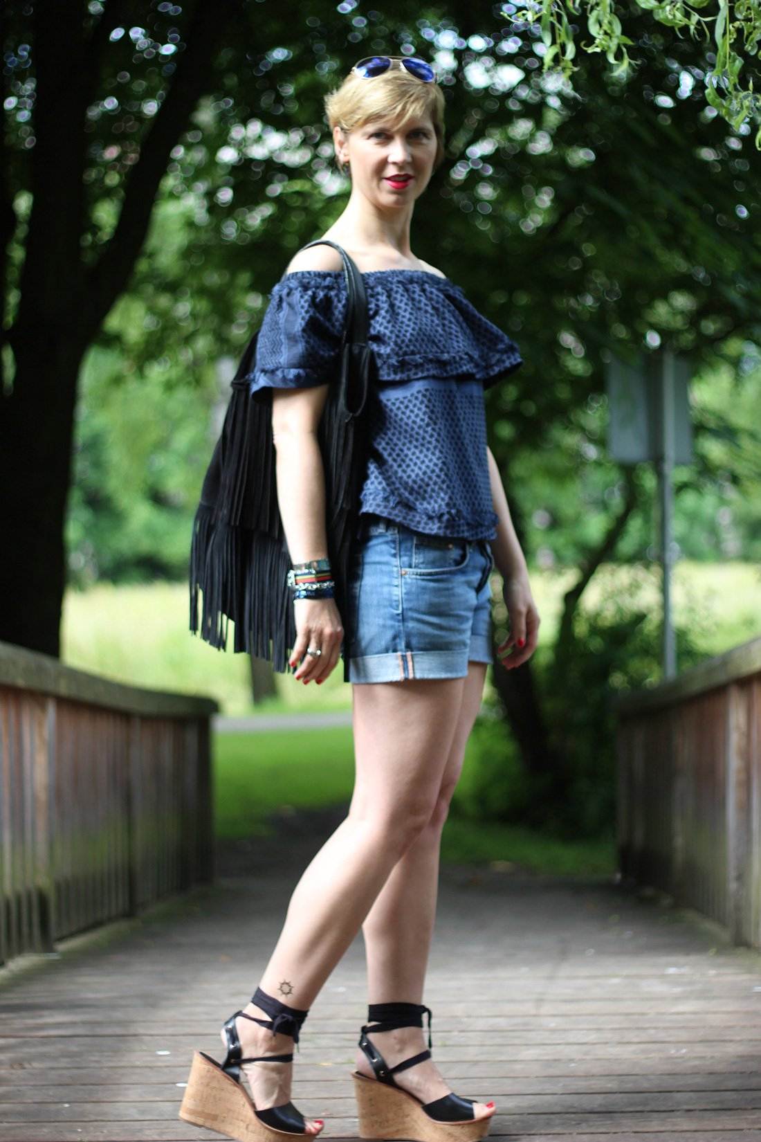 Klebetattoo, Shorts, Cecilie Copenhagen, Jeans, schulterfrei, offshoulder, Summer, Sommerlook, Wedges, Bindewedges