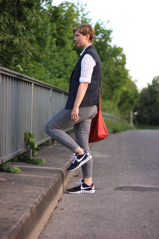 Topshop, graue Skinny, Spitzenbluse, 3suisses, Weste, Schumacher, Conny Doll, schwarz-weiße Sneaker