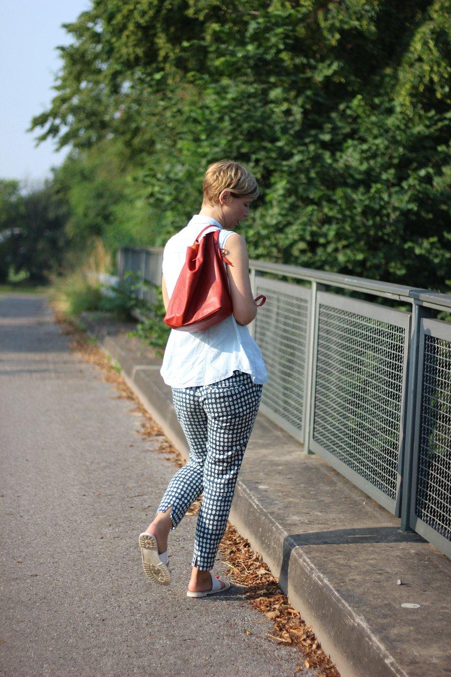 Sommerlook, blaue Punktehose, ärmellose Bluse, hellblau, Blau, rote Tasche, Schlappen, Conny Doll,