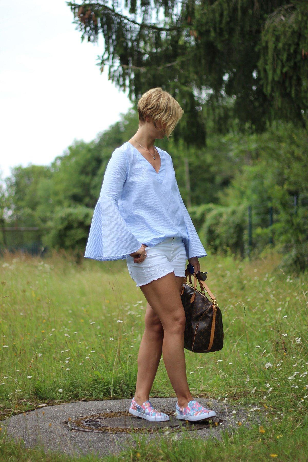 Shorts, Bluse, Trompeteärmel, weiß, hellblau, Conny Doll, Fashion, Outfit, Sommerlook, Deichmann, Zara, Gap