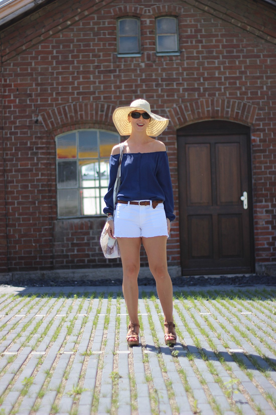Interview bei Cla, offshoulder Bluse, blau, weiß, shorts, gap, american vintage, paul green, sandalen, sonnehut, sommerlook