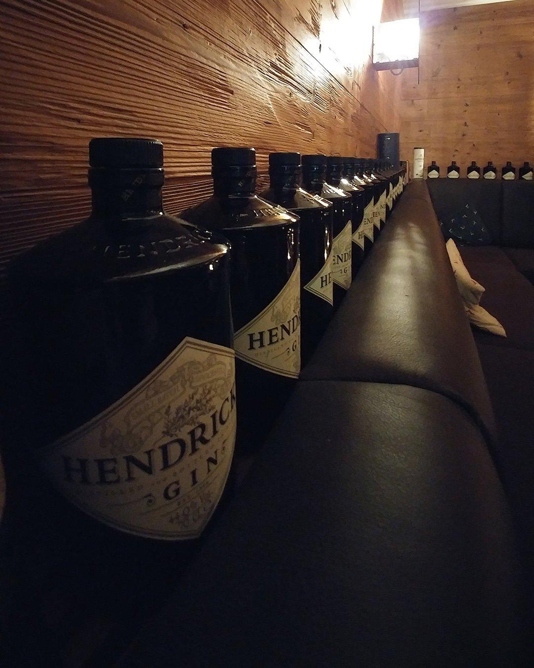 Ginflaschen in der Platzl-Bar, Hotel 3Quellen-Therme, Bad Griesbach, Wellness, Conny-Doll-Lifestyle
