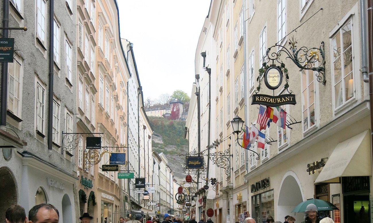 Salzburg, Sightseeing, Ausflug, Wochenende, Conny Doll, Sehenswürdigkeiten, Trubel in der Getreidegasse