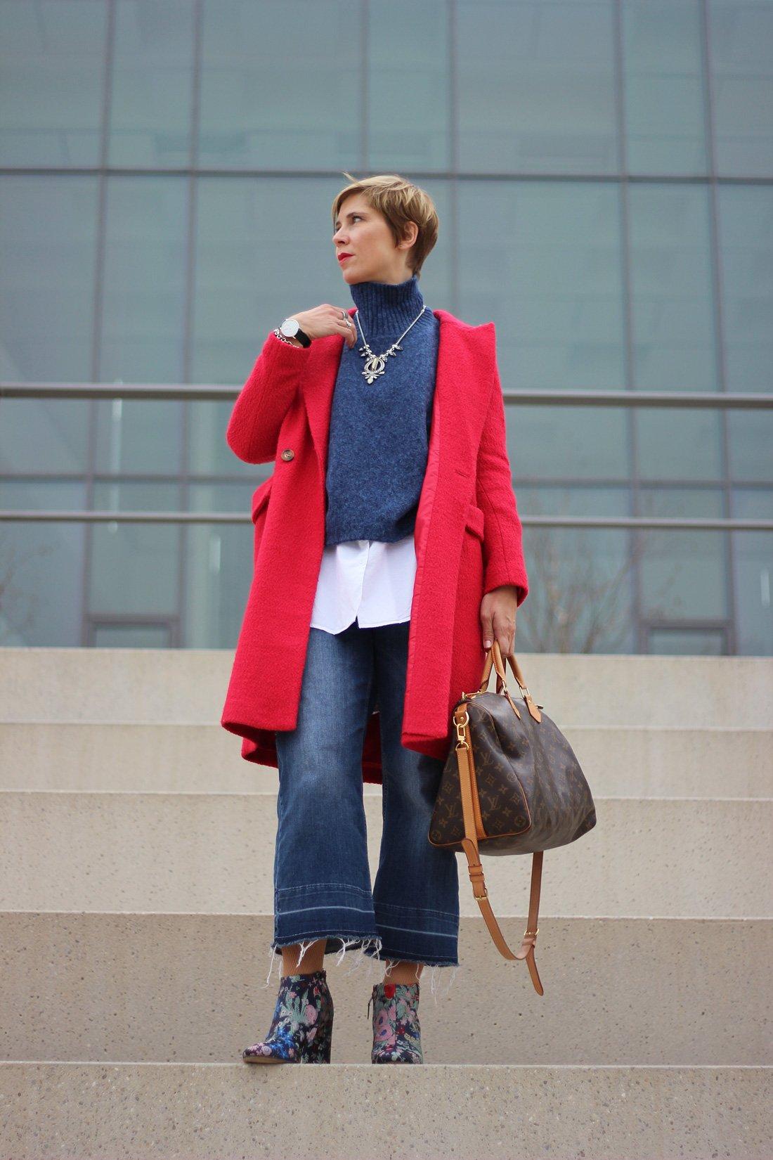 Oversize-Pullover, Cropped Jeans, Stiefeletten, Blockabsatz, bestickt, Blau, roter Mantel, Conny Doll, RicVanMur-Armband