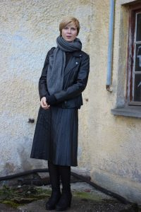 Fake leather, faltenrock, pleated skirt, schwarz, black, Tipp, Netzstrumpfhosen, Cashmere, Pullover, Boyfriendpullover, neyo, schwarz, Kaschmirpullover, Lederjacke, Bikerjacke, Conny Doll
