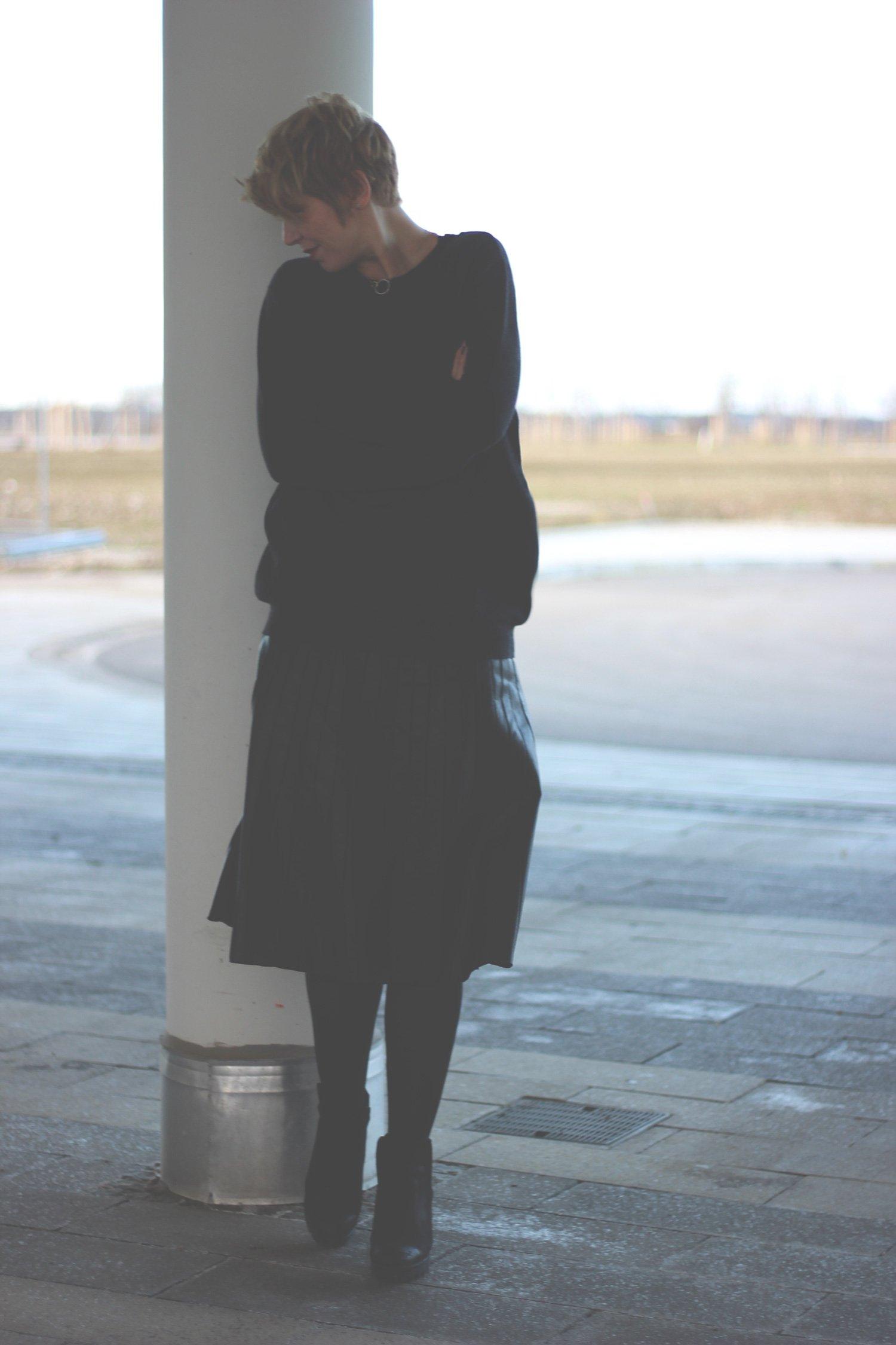 Fake leather, faltenrock, pleated skirt, schwarz, black, Tipp, Netzstrumpfhosen, Cashmere, Pullover, Boyfriendpullover