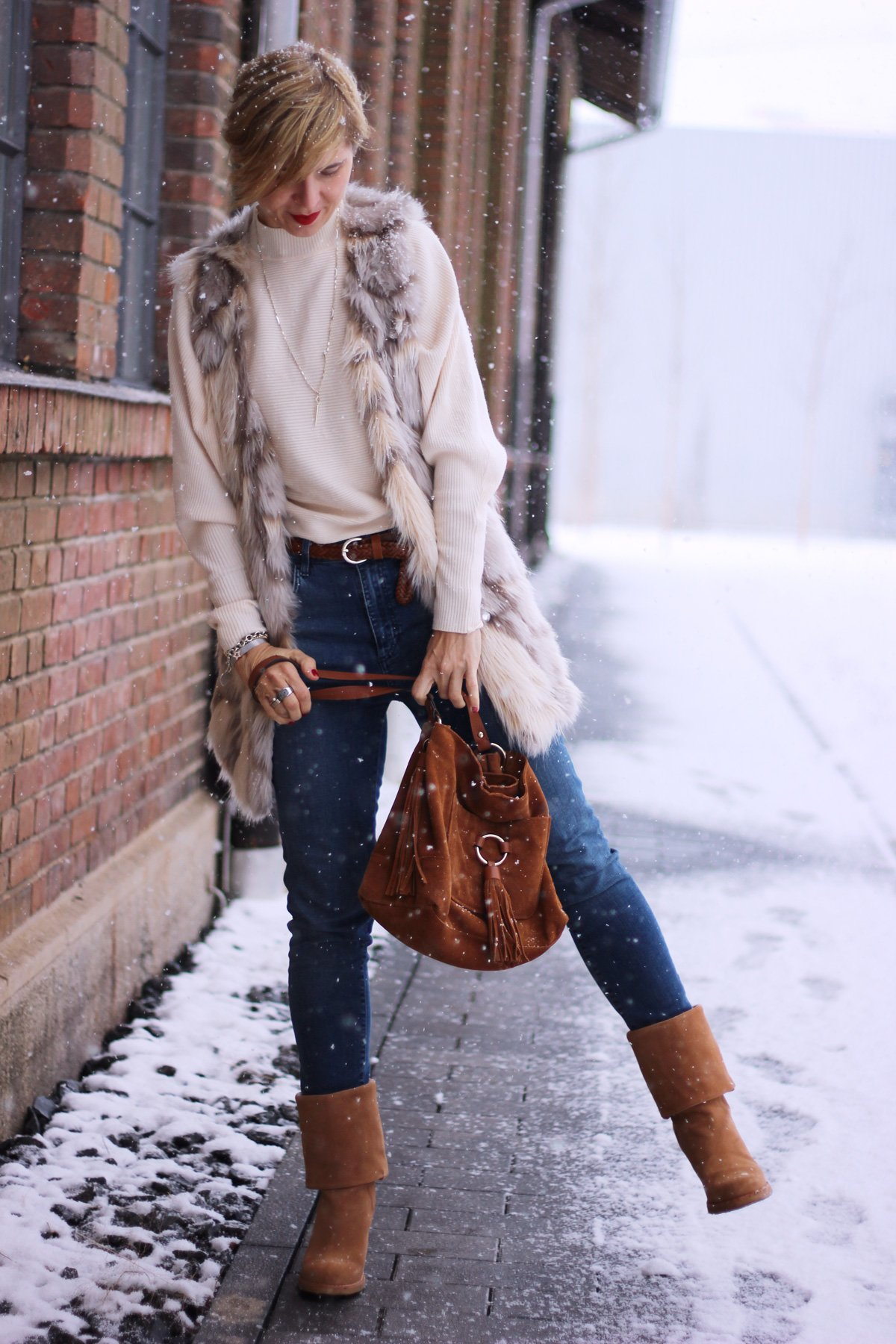 Fell-Weste, UGGs, Conny Doll, Winterlook, Schnee, Highwaist, Fransentasche, Zara, Schal, Cream
