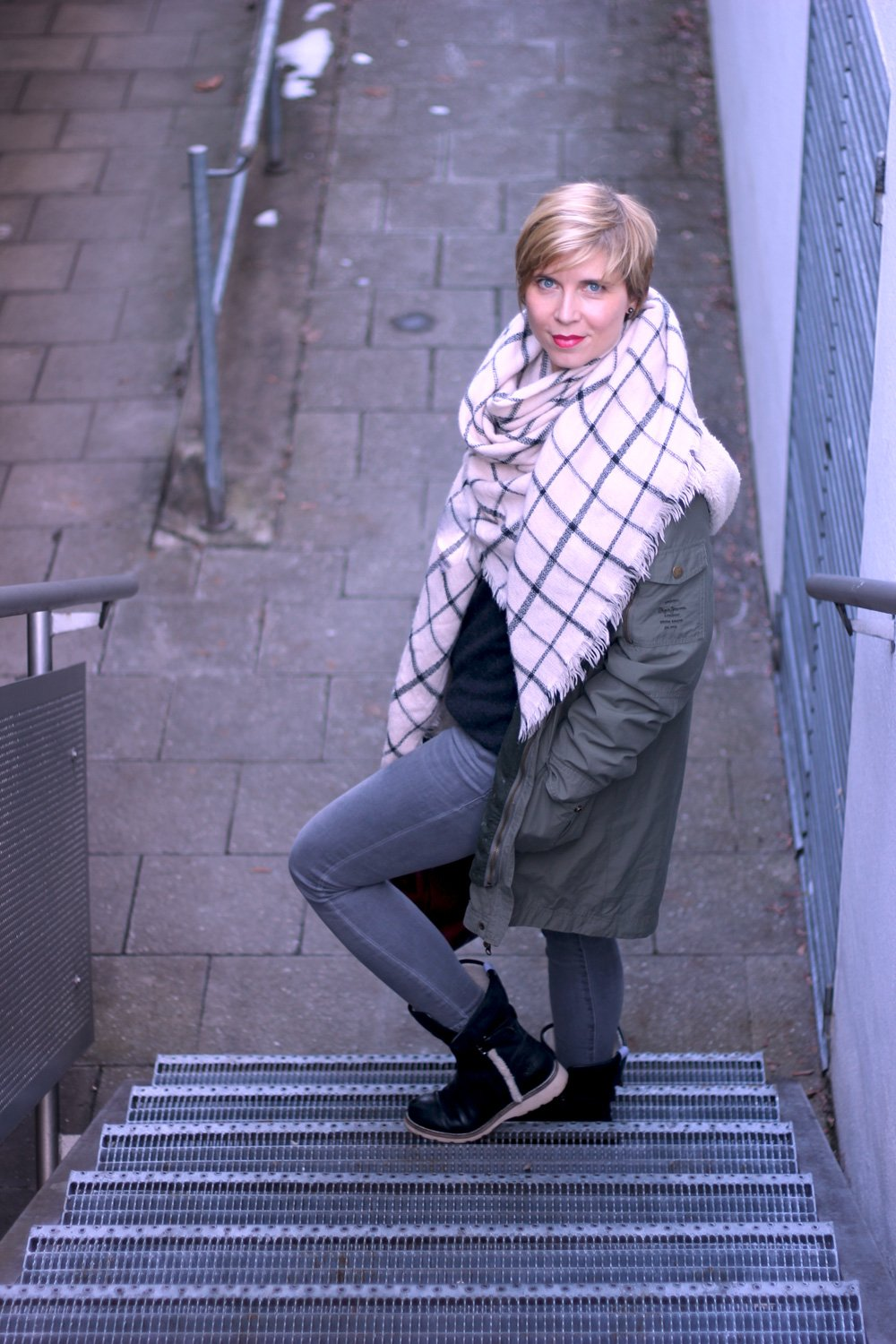 Schluppenbluse und Boyfriendpullover, Conny Doll, Skinny, grau, casual, Conny Doll, Münchenblogger, Styleblogger, Outfitblogger, Tchibo, Parka, Pepejeans, Michael Kors, Marcopolo, Skinny, Schal, Winterlook