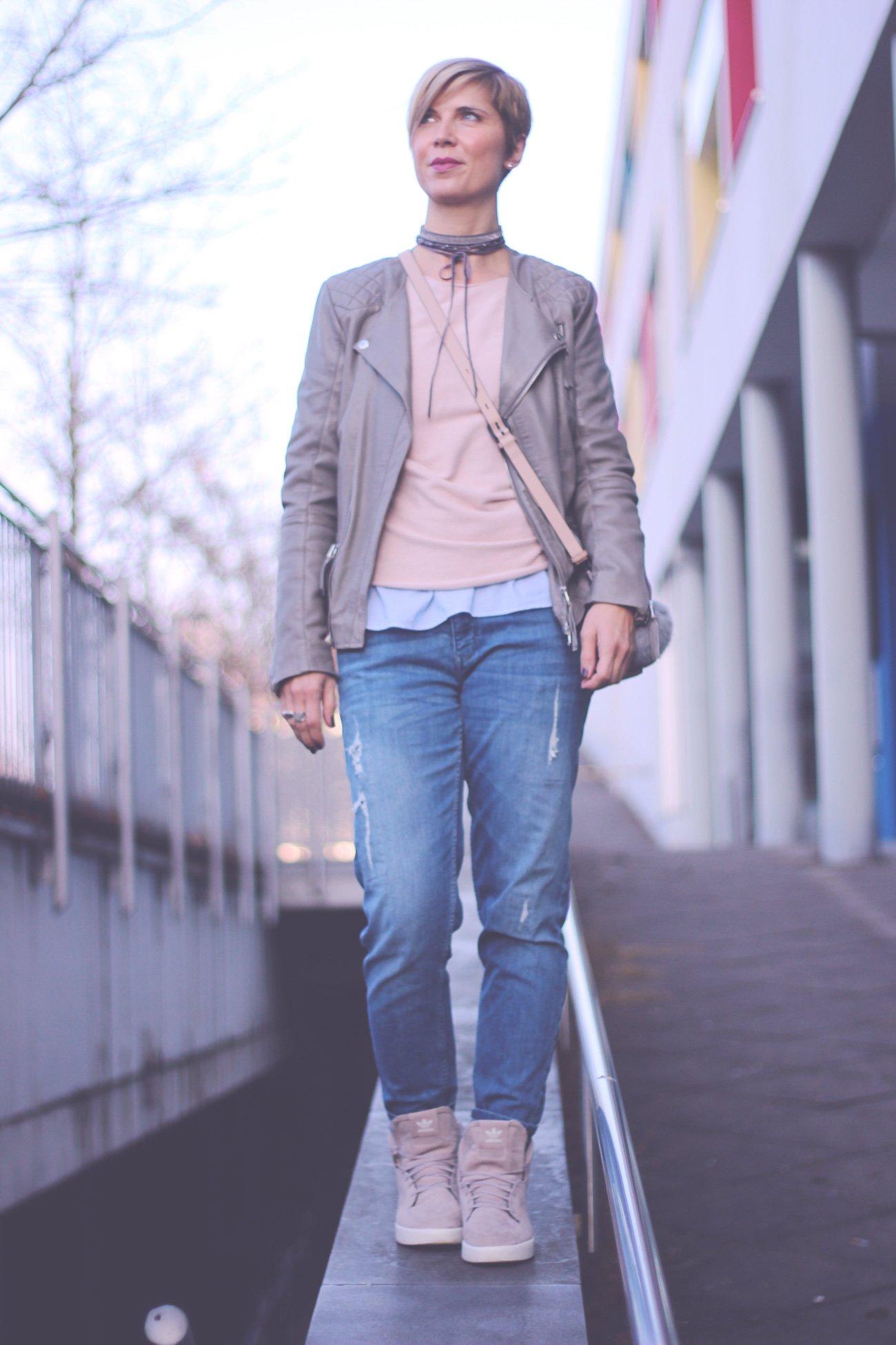 rose-quartz, serenity, Trompetenärmel, Conny Doll, Münchenblog, Outfitblogger, Boyfriendstyle, casual, Sneaker, Adidas, Zara, soyaconcept, Lederjacke