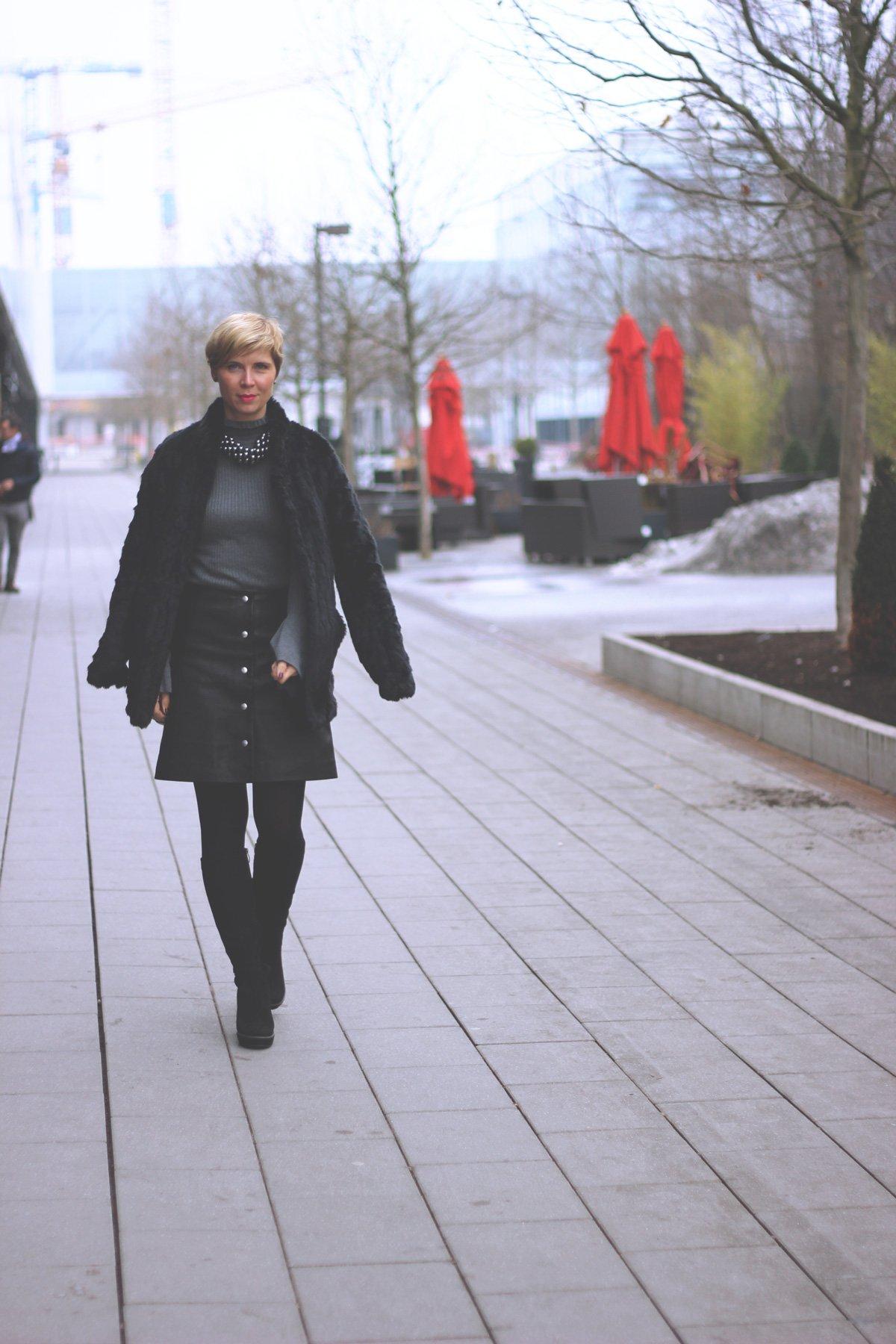 Plateau-Stiefel, Lederrock, Statement, ausgestellt, A-Form., Fake Fur,
