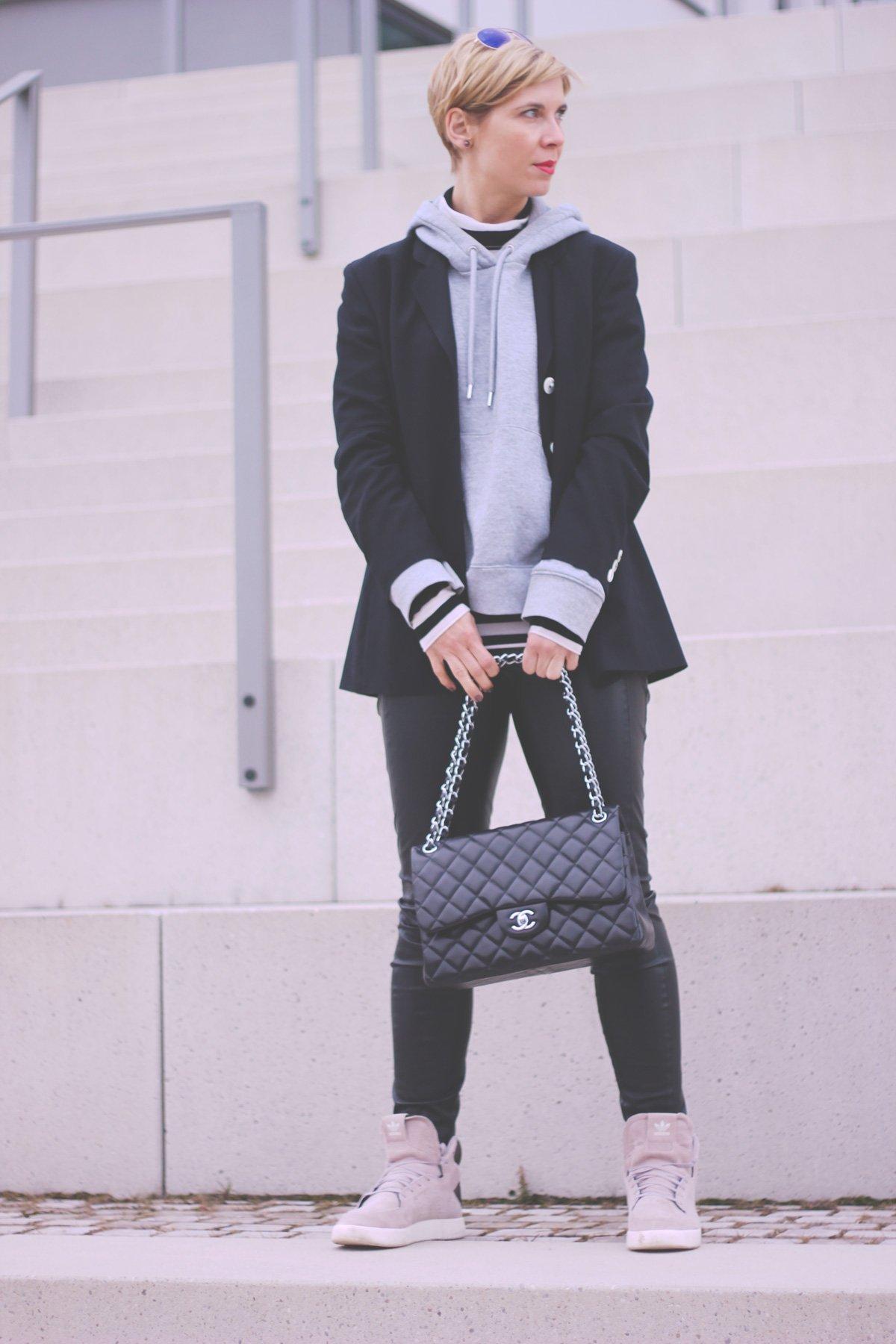 Blazer und Hoodie, Fakeleder, Boyfriendblazer, lässig, casual, Sneaker, Adidas, BOSS Orange, Conny Doll, Munichblogger,