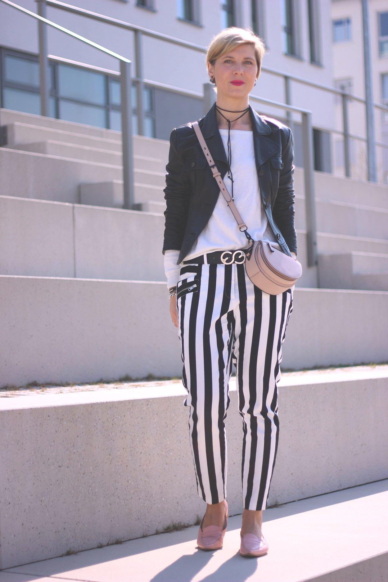Schwarz-weiß und Streifen, casual, black and white, choker, Stripes, Lederjacke, Conny Doll