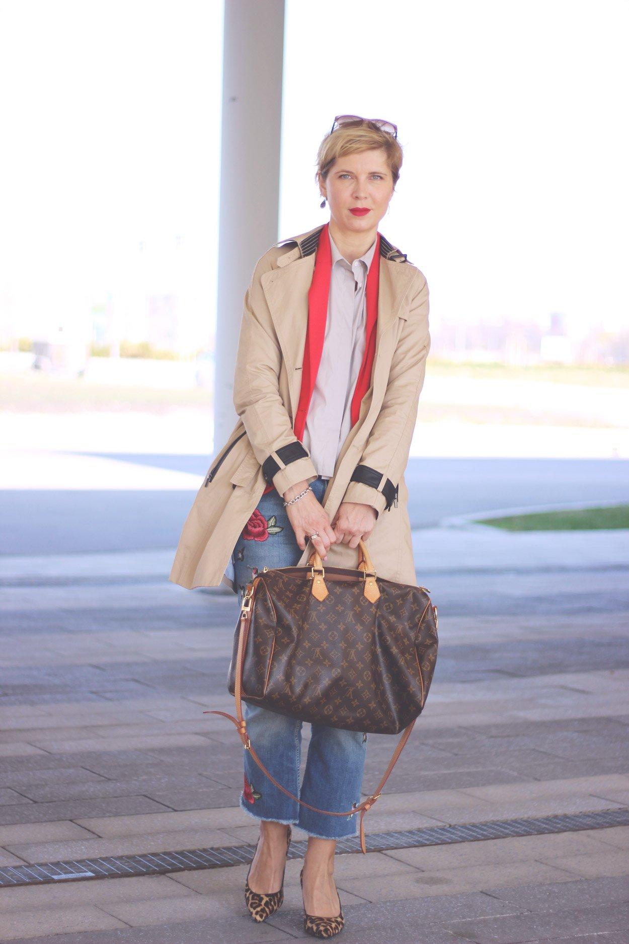 Blazer-Phase, bestickte Jeans, Eterna-Bluse, Trench-Coat, Leopumps,