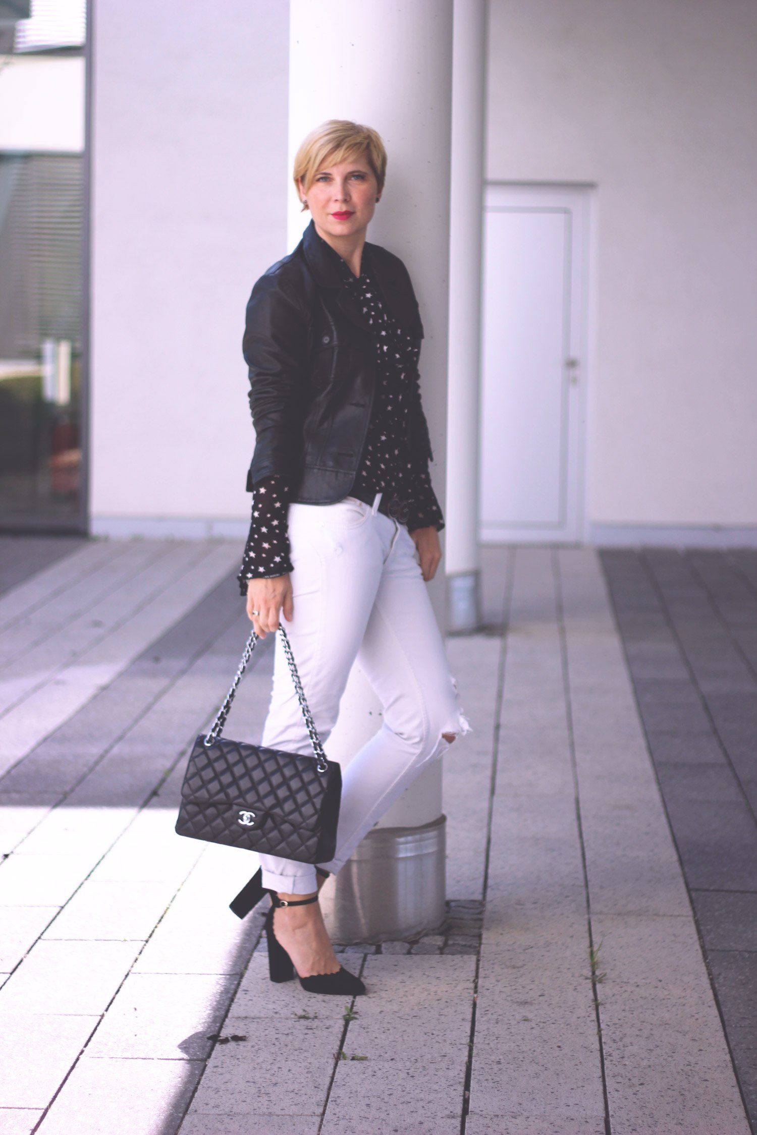 Volumenwimpern, Sterne, Schluppenbluse, transparent, destroyed Denim, Pumps, Lederjacke, Chanel, Flapbag