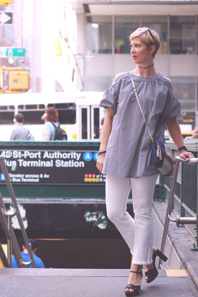New Yorker Streetstyle, Vichy karo, Cut out, Schulterfrei, weiße Hose, Port Authority Station, Manhatten