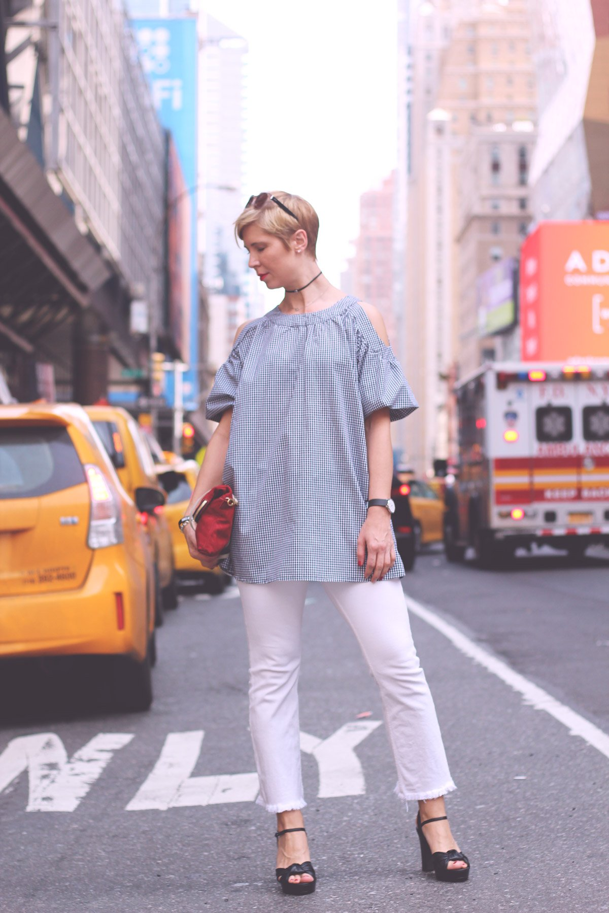 New Yorker Streetstyle, Vichy karo, Cut out, Schulterfrei, weiße Hose, Port Authority Station, Manhatten, yellow cab, nyc taxis