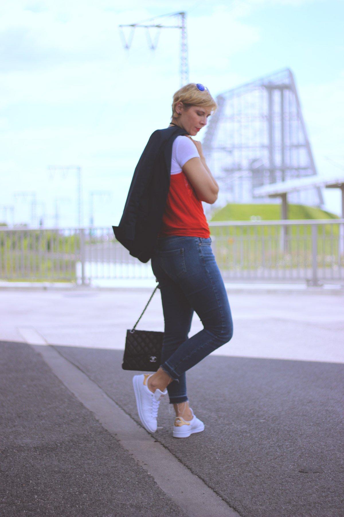 Geschichte über Vertretungslehrkräfte, Grundschule, Outfit Spitzentop über Shirt, Denim, Jeans, Sneaker, casual