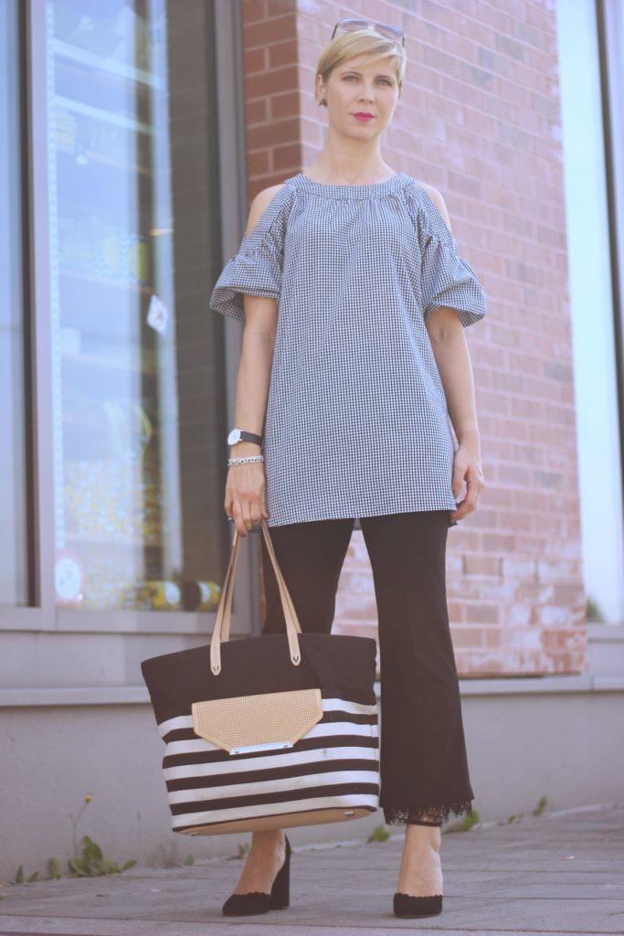 Outfit für Frauen Ü40: Schwarz-weiß Vichykaro mit Spitzenhose, Pumps mit Blockabsatz - Outfitideen Conny Doll Lifestyle - Gedanken zu Männer und High Heels