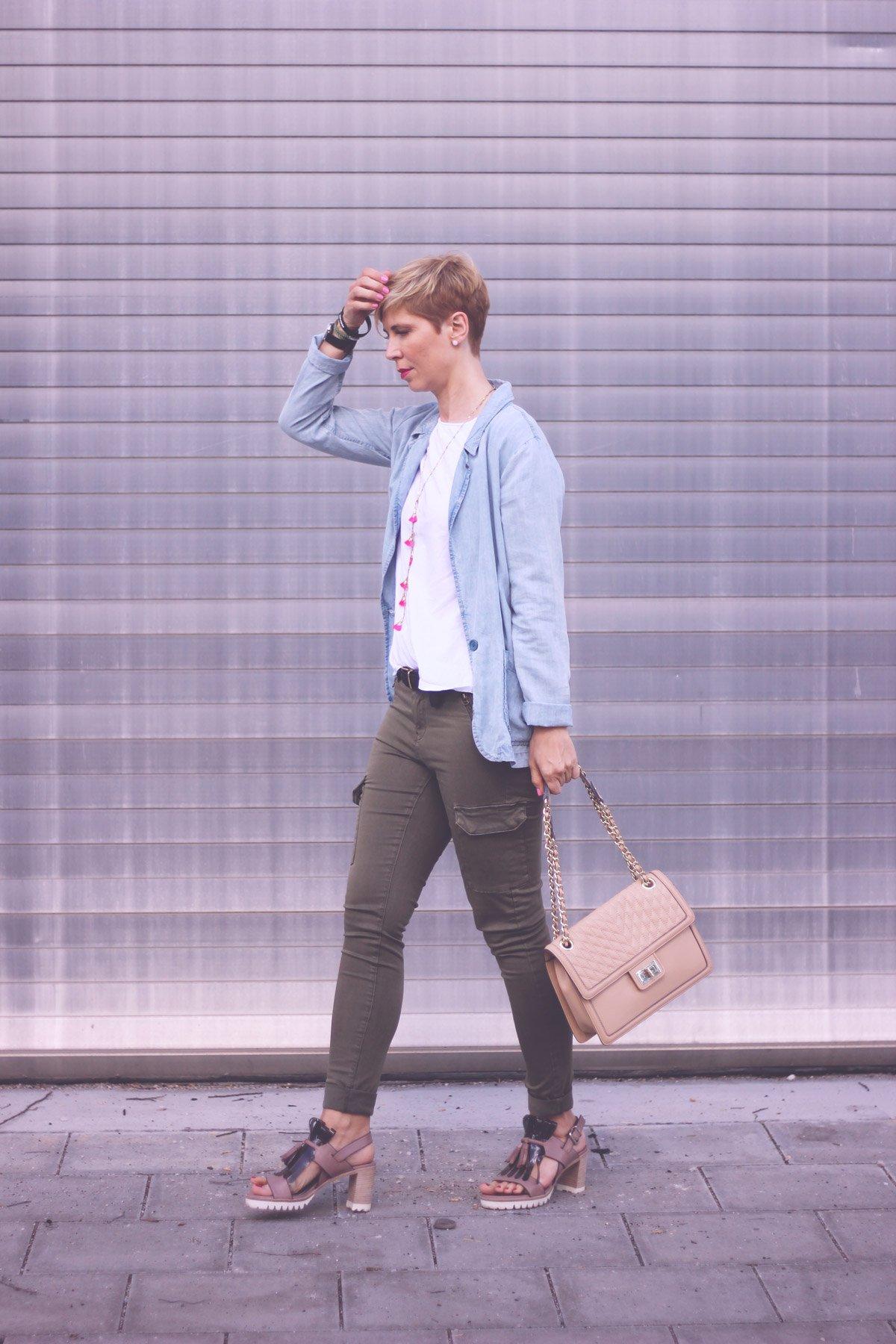 casual Outfit, Cargohose, Conny Doll, weißes Shirt, Sandalen, Denimblazer, Statementkette, KL-Tasche, lässiger Look