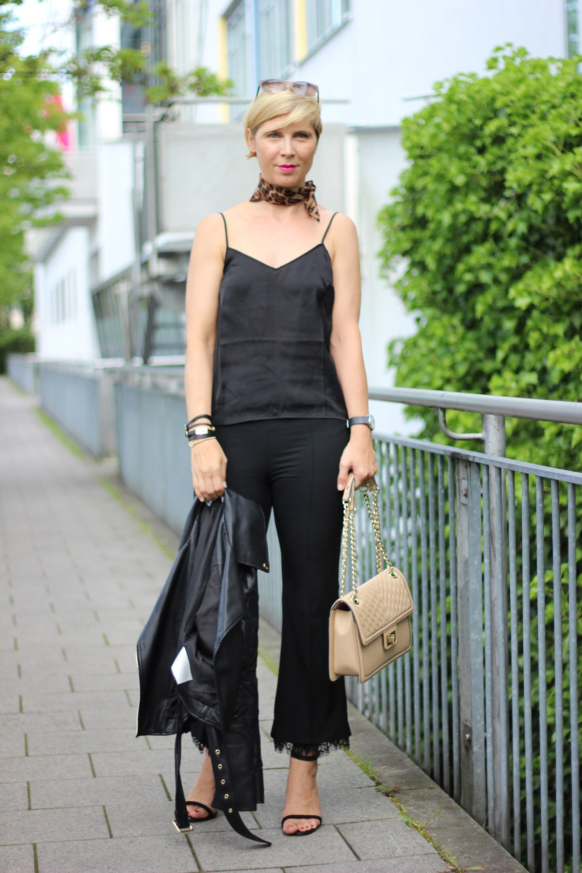 Seidentop mit Lederjacke, schwarz, Komplettlook, Sandaletten, Karl Lagerfeld, Tasche, Leo-halstuch