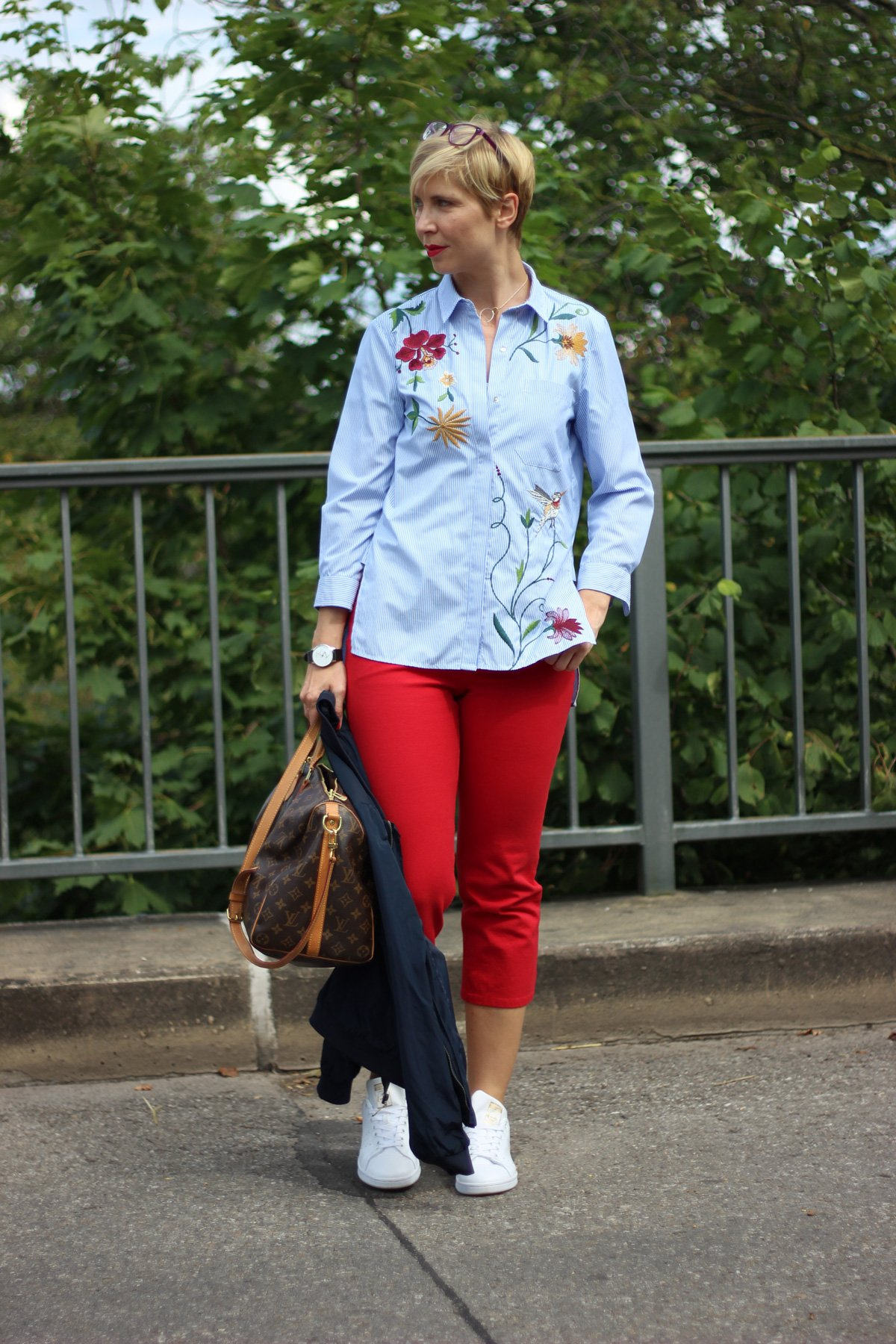 rote Hosen, Escada, gestreifte Bluse, Stickerei, Adidas, Stan Smith, Bomberjacke, Conny Doll