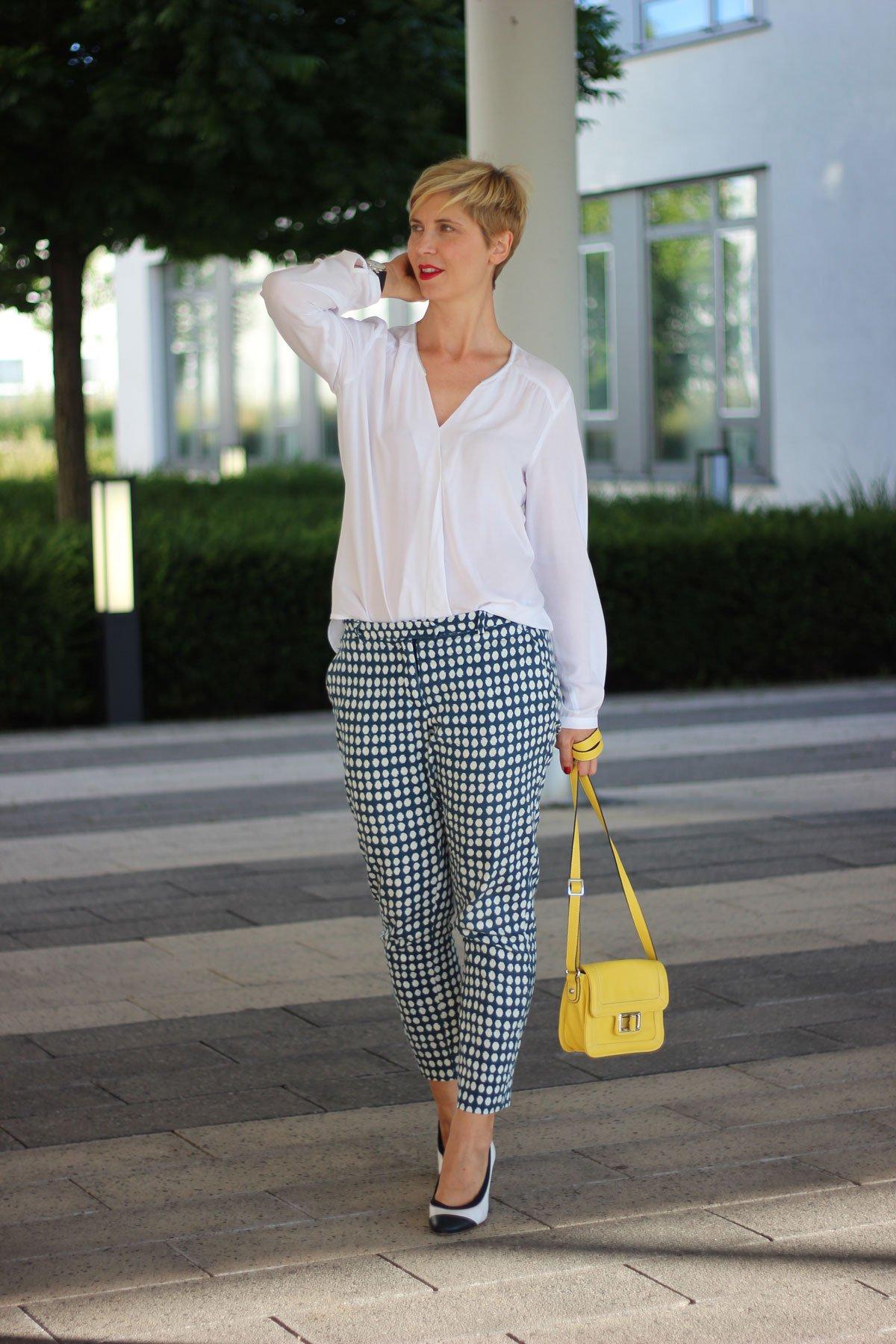 Punktehose, gelbe Tasche, weiße Bluse, Tonifashion, Pumps, Officelook, Sommeroutfit, Sommerreihe