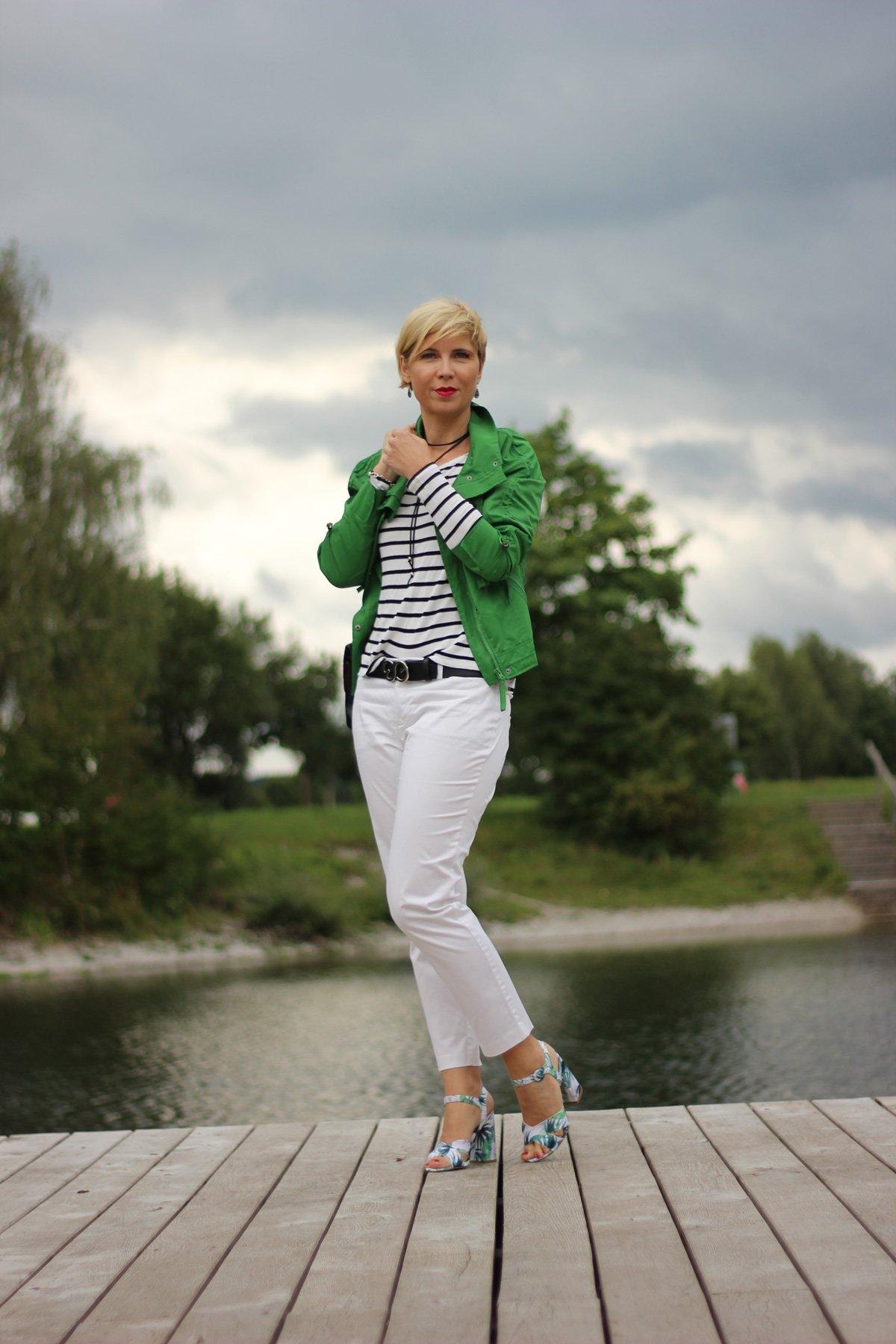 weiße Hose, grüne Jacke, Sandalen, Streifenshirt, Conny Doll