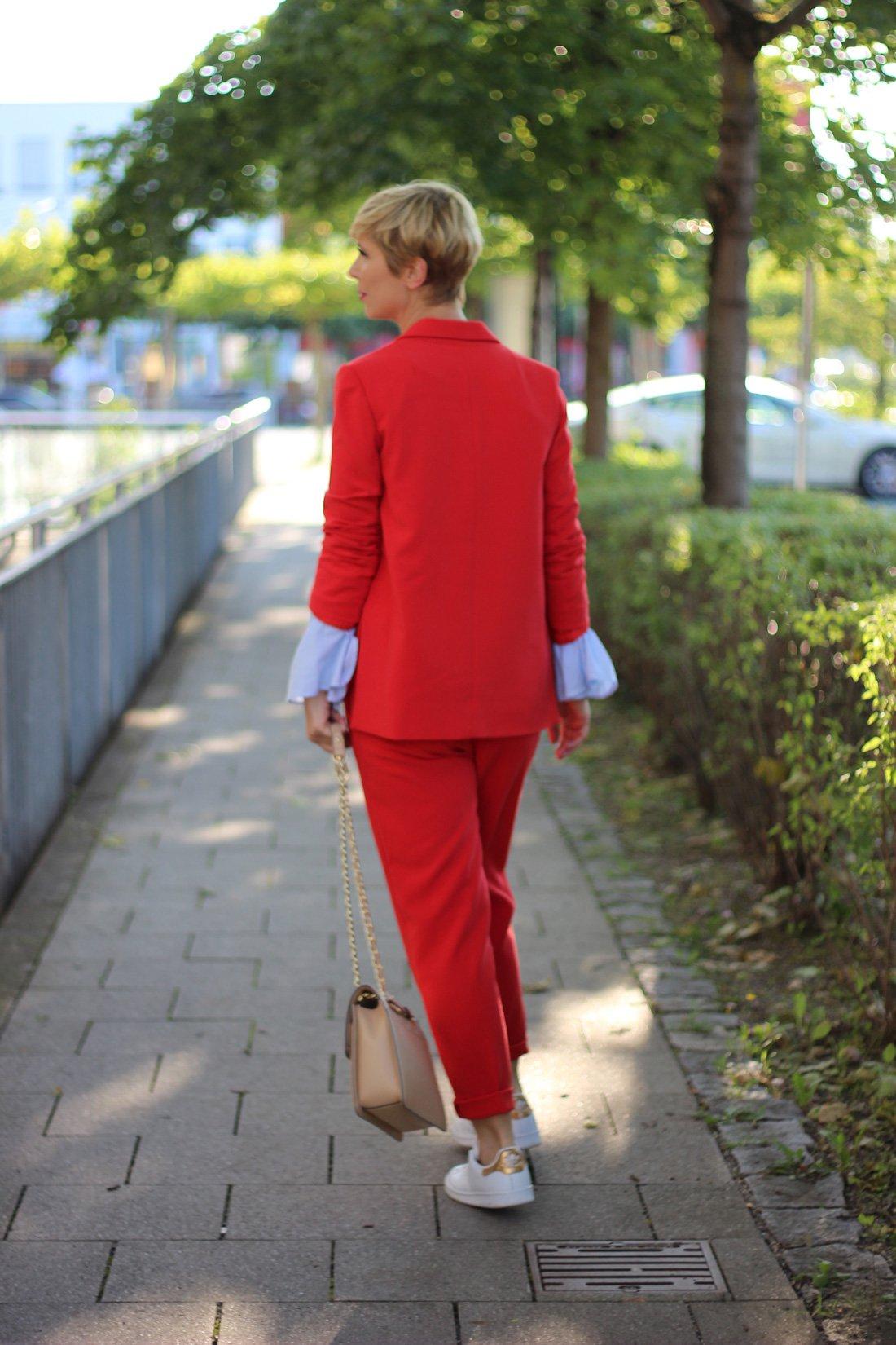 roter Hosenanzug, Selected, Trompetenärmel, hellblaue Bluse, Sneaker, Karl Lagerfeld Tasche, Goldschmuck