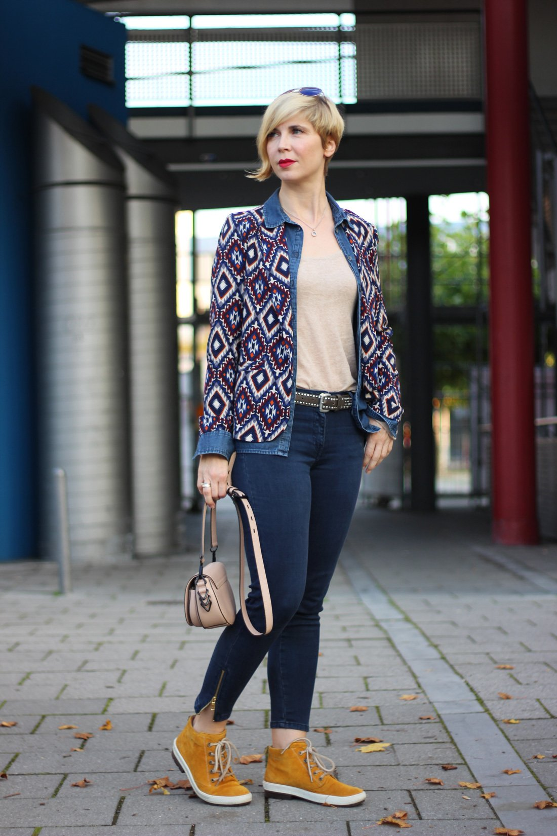 lässiges Jeanshemd mit einem Blazer, Muster, Herbstlook2017, Conny Doll, Munichblogger, 40plus-Blogger, Stylinginspiration