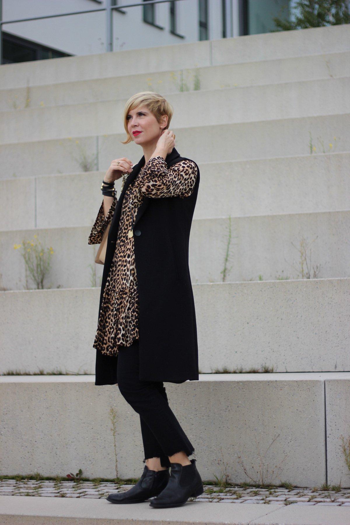 Kleid über einer Hose, Long-Weste, Animalprint, Leo, Ankleboots, Munichblogger, Karl Lagerfeld Tasche,