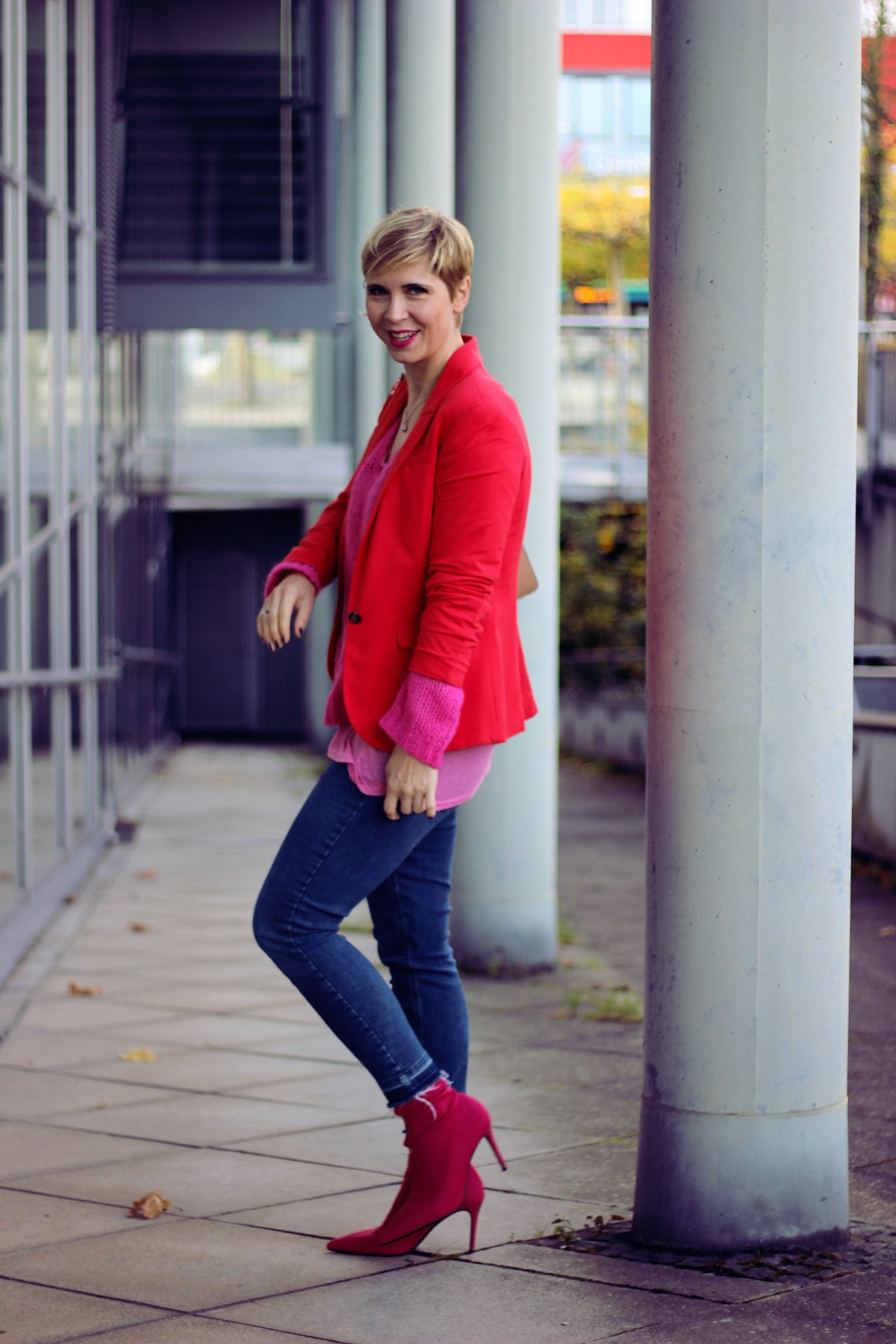 Pink und Rot, Blazer und Strick, Denim, Casual, Sockenstiefeletten,